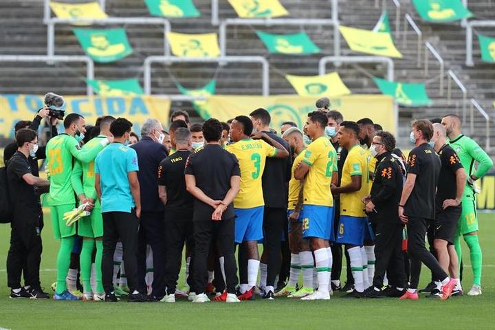 El entrenador Tite (5-i) de Brasil habla con sus jugadores tras la suspensión de un partido contra Argentina en el estadio Arena de Sao Paulo (Brasil). EFE/Sebastiao Moreira