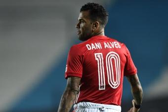Sao Paulo rescindió el contrato de Dani Alves al no poder pagar su salario. EFE