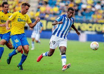 Alexander Isak tuvo que ser sustituido en la primera mitad del encuentro ante el Sevilla. EFE
