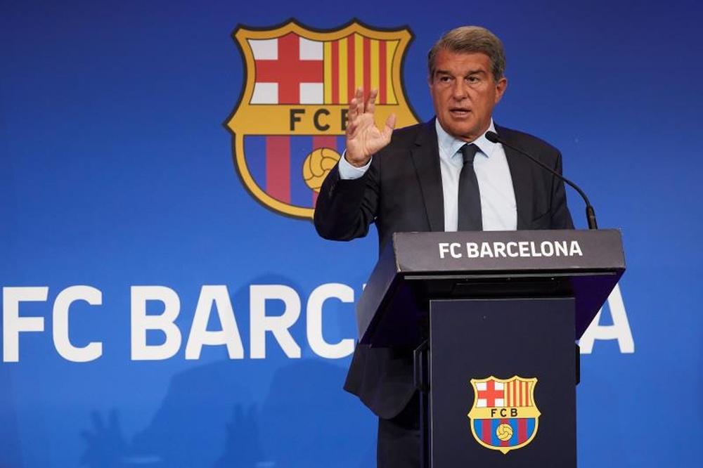 Laporta reforça a área de marca do Barcelona. EFE/Alejandro García