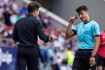 LaLiga denunció los insultos de la grada a Gil Manzano en el Atlético-Athletic. EFE