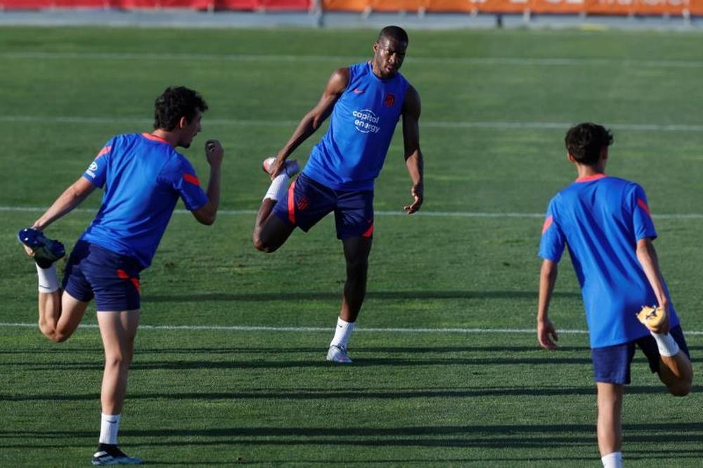 El centrocampista francés del Atlético de Madrid Geoffrey Kondogbia durante un entrenamiento. EFE