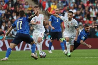 Los centrocampistas de la selección española Dani Olmo (2-i) y Sergio Busquets (2-d). EFE