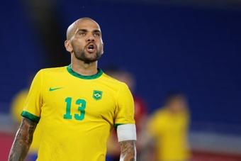 Dani Alves não teria lugar no Barcelona. EFE/Fernando Bizerra