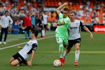 La fe del Valencia se aprovecha del divorcio entre el Athletic y el añadido. EFE
