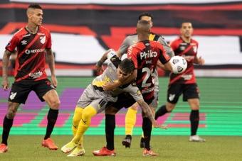 Athletico Paranaense selló su pase a la final con una victoria por 2-0 ante Peñarol. EFE