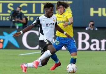 El lateral del Cádiz Luis Espino (d) pelea un balón ante Yunus Musah, del Valencia. EFE