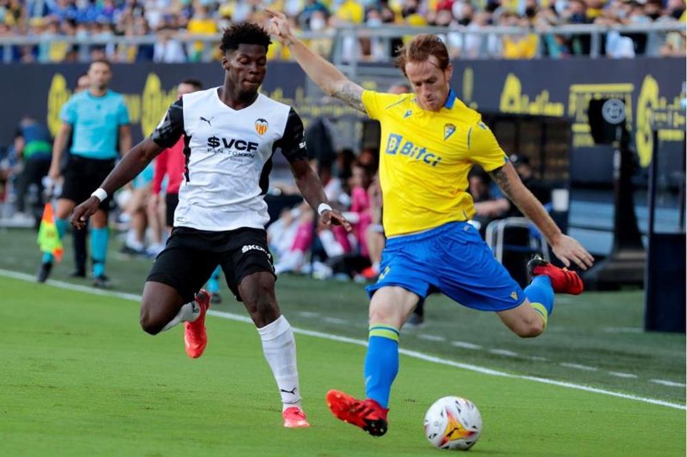 El centrocampista del Cádiz CF Álex Fernández (d) juega un balón ante Yunus Musah. EFE