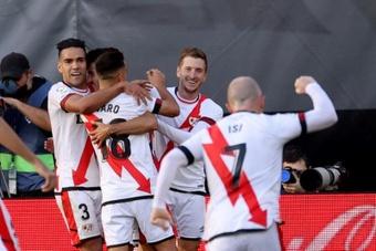 El delantero colombiano del Rayo Vallecano Radamel Falcao (i) celebra un gol durante un partido. EFE