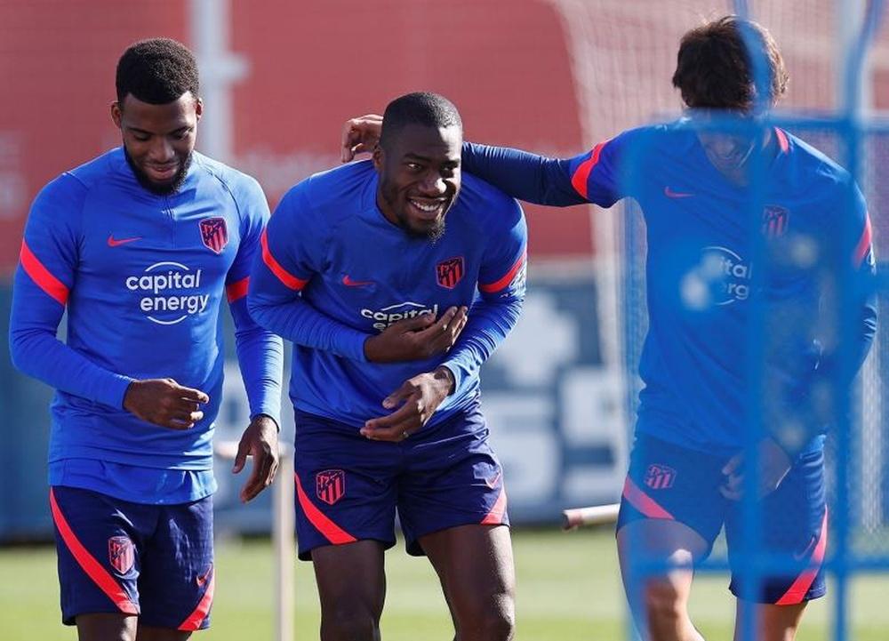 Los jugdores del Atlético de Madrid, Lemar, Kondogbia y Joao durante el entrenamiento. AFP