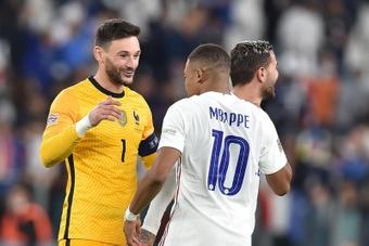 El portero de la selección de Francia Hugo Lloris (i) junto a su compañero Kylian Mbappe. EFE