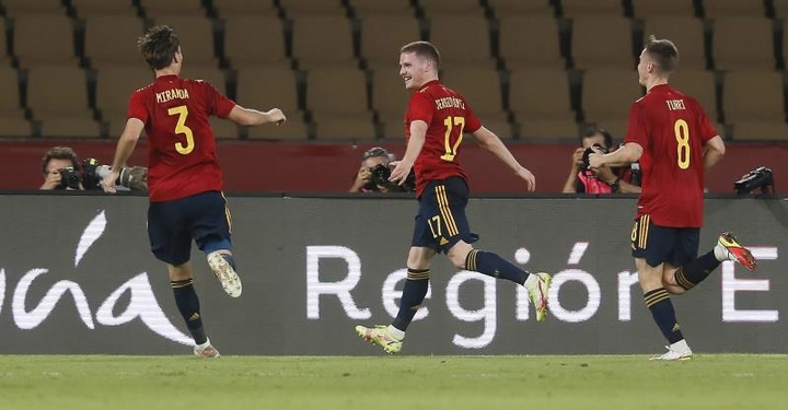 Sergio Gómez lleva a España de la mano hasta la perfección. EFE