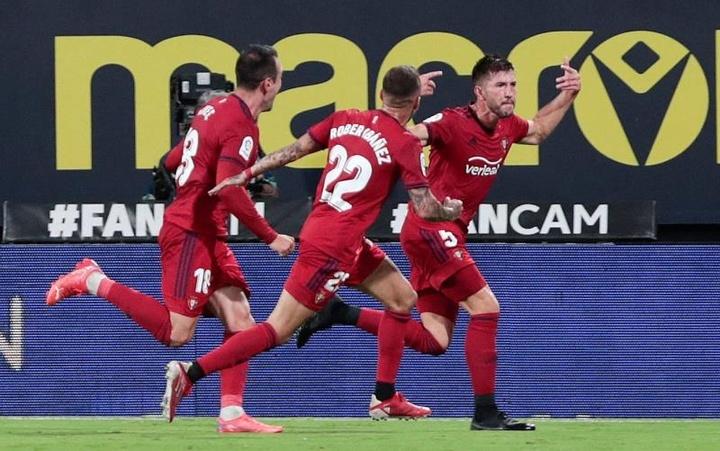 Los jugadores del Osasuna celebran el gol marcado por el defensa David García. EFE/Román Ríos