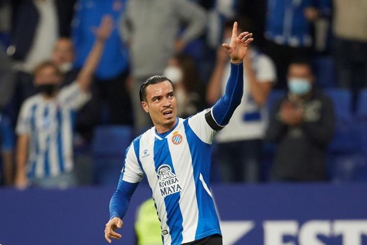 El delantero del Espanyol Raúl de Tomás celebra tras anotar el 1-0 ante el Cádiz. EFE