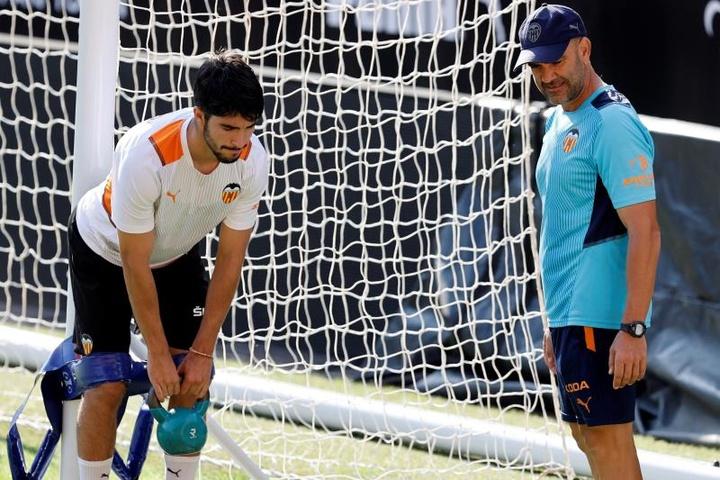l jugador del Valencia, Carlos Soler, durante un entrenamiento. EFE