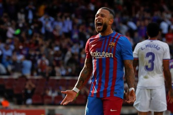 El delantero holandés del FC Barcelona Memphis Depay se lamenta.EFE