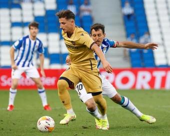 El centrocampista macedonio del Levante Enis Bardhi (i), durante un partido. EFE