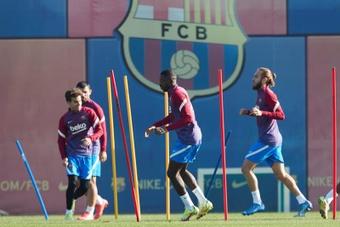 El delantero francés del FC Barcelona, Ousmane Dembélé (c) durante el entrenamiento. EFE