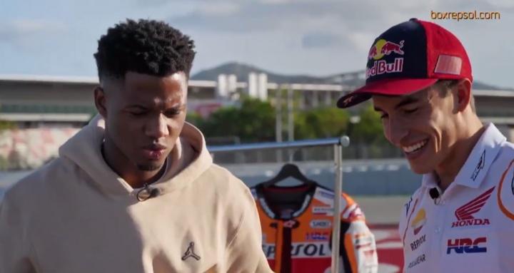 Ansu Fati habla con Marc Márquez en el Circuito de Cataluña. Captura/box_repsol