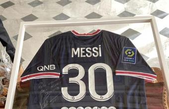 El Papa ya tiene su camiseta de Messi en el PSG. EFE