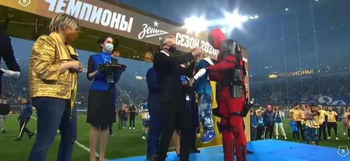 El Zenit ganó la Liga y Dzyuba recogió su medalla ¡vestido de Deadpool! Captura/FCZenit