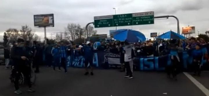 La 'barra' de San Telmo cortó la autopista porque no pudieron ver un partido. Captura/TN