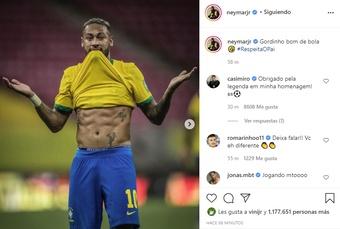 Neymar exibe barriga e brinca após vitória. AFP