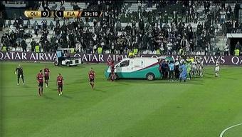¡La ambulancia tuvo que entrar para llevarse a Víctor Salazar! Captura/DAZN