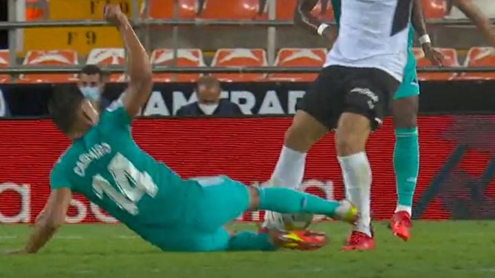 La acción por la que el Valencia se indignó, ¿debió ser roja a Casemiro? Captura/MovistarLaLiga