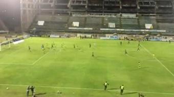 ¡Invasión de campo en el Guillermo Plazas! Twitter/contragolpefc