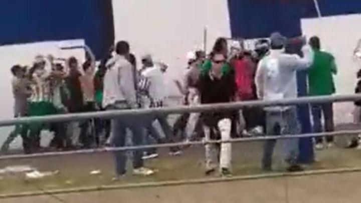 Bochornoso: ¡los aficionados de Nacional agredieron a los de DIM! Twitter/sindicatoco