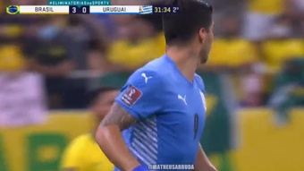 El 'Pistolero' Suárez fusiló a Ederson de falta para creer en el milagro. Captura/SportsTv