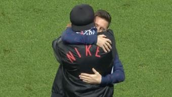 Messi y Ronaldinho se fundieron en un abrazo sobre el césped. Captura/MovistarLigadeCampeones