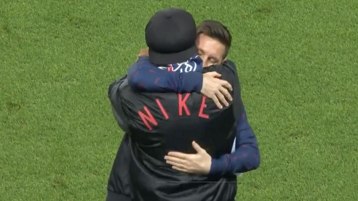 Messi and Ronaldinho hugged each other on the pitch. Screenshot/MovistarLigadeCampeones