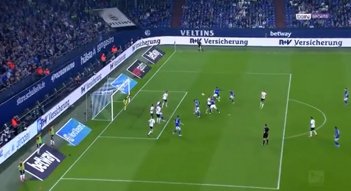 ¿El gol del año? El Schalke 04 metió con una patada voladora. Captura/beINSports