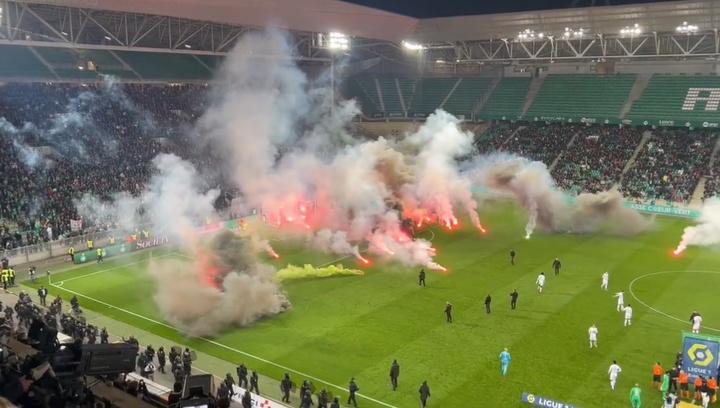 Ultras do Saint-Étienne armam confusão e pedem a demissão do treinador. Captura/Twitter/AndresOnrubi