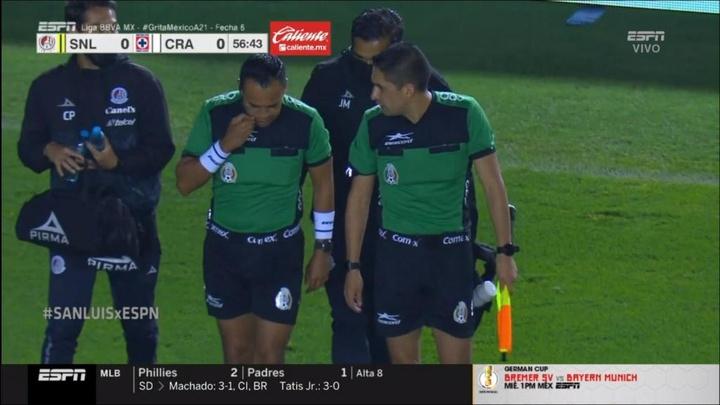 El Atlético San Luis-Cruz Azul se paró por la lesión de un asistente. Captura/ESPN