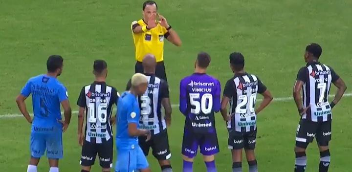 El Ceará-Gremio dejó una imagen muy curiosa con el árbitro. Captura/SporTV