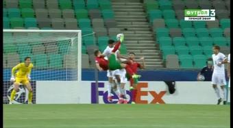 Portugal pudo haber hecho leña del árbol italiano, pero perdonó y casi lo pagó.  Captura/Futbol3