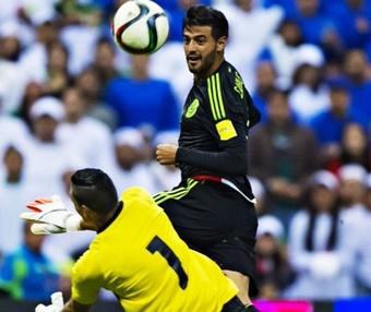Carlos Vela, tras picar el balón ante la salida de Henry Hernandez, para poner el tercero en el México-El Salvador. Twitter