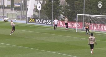Adrián Casillas, bajo palos, llegó a entrenar con el primer equipo 'merengue'. Captura/RealMadrid
