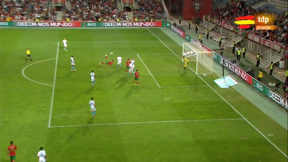 Cristiano pudo anotar el 4-0 para Portugal de chilena. Captura/tdp
