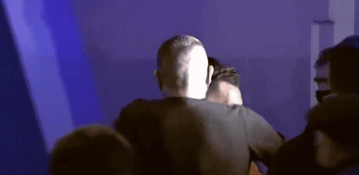 Riquelme y Tévez se abrazaron tras la rueda de prensa del 'Apache'. Captura/TyCSports