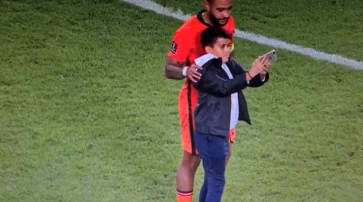 Depay se hizo una foto con un niño. Captura/DAZN