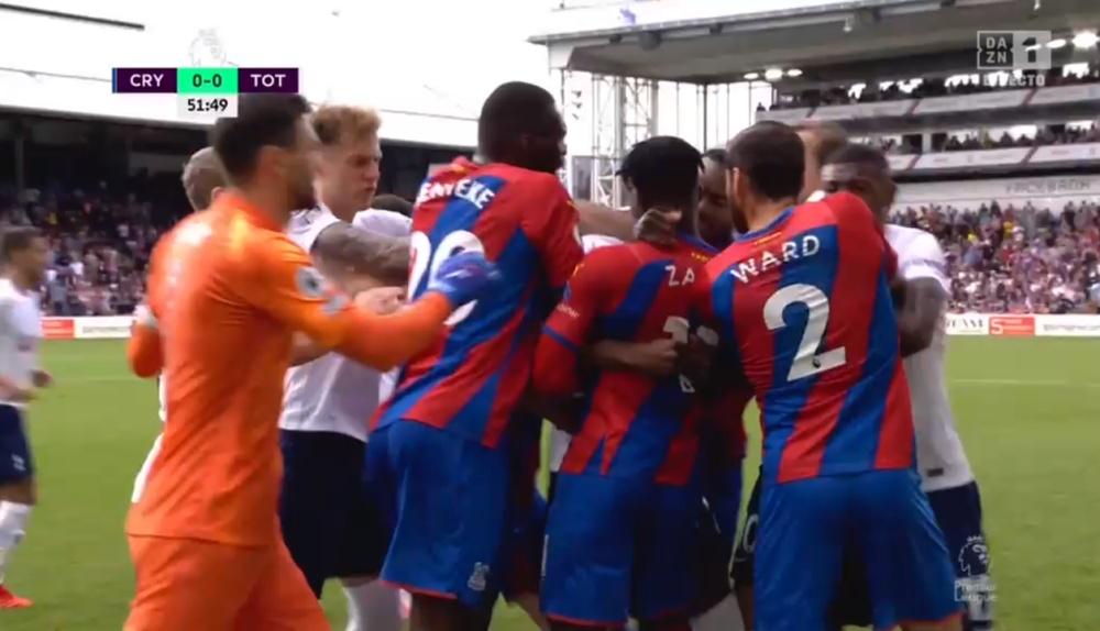 Zaha y Tanganga se enfrentaron en el Palace-Tottenham. Captura/DAZN