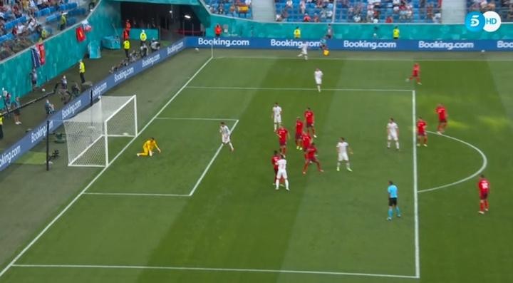 Zakaria hizo buena la volea de Jordi Alba para poner el 0-1. Captura/Telecinco