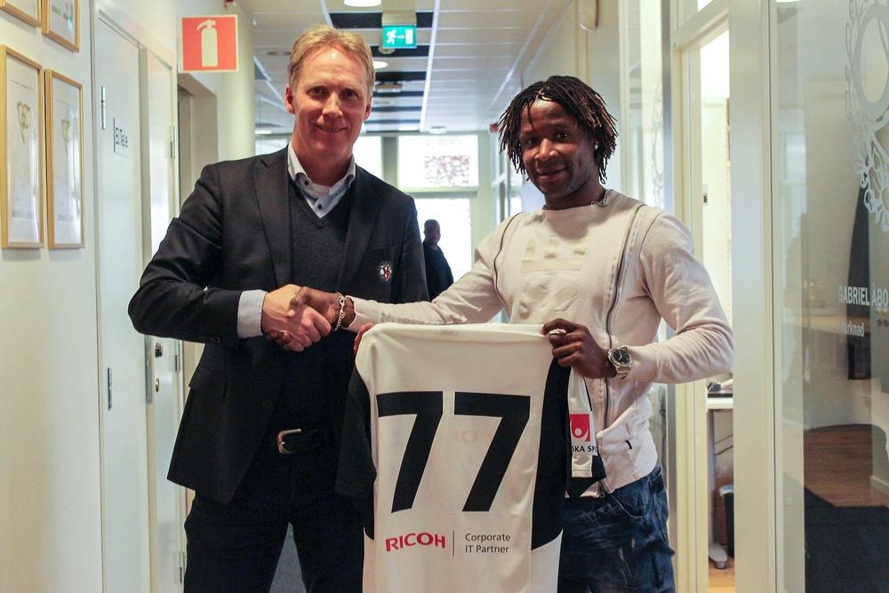 Igboananike posó con su nueva camiseta. Örebro