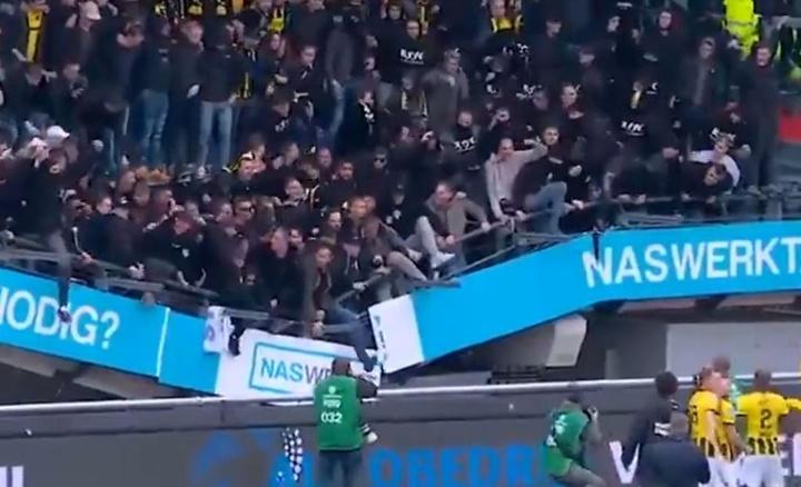 Effondrement d'une tribune lors d'un match en Eredivisie. Twitter/ESPNFC