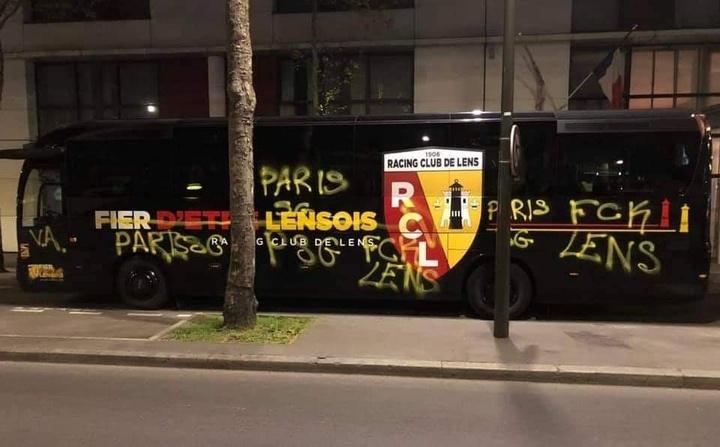 Os torcedores do PSG depredaram o ônibus do Lens. Twitter/Arnaud Desmaretz