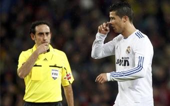 Iturralde señala el final de un partido ante Cristiano Ronaldo. EFE